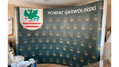 Zdjęcie ścianki reklamowej w produkcji irollup.pl
